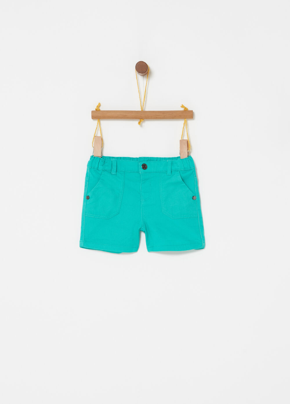 Stretch shorts with elastic waist and pockets