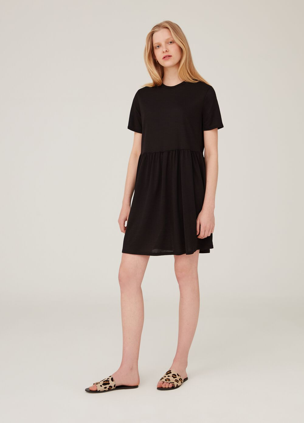Short-sleeved stretch dress with round neckline.