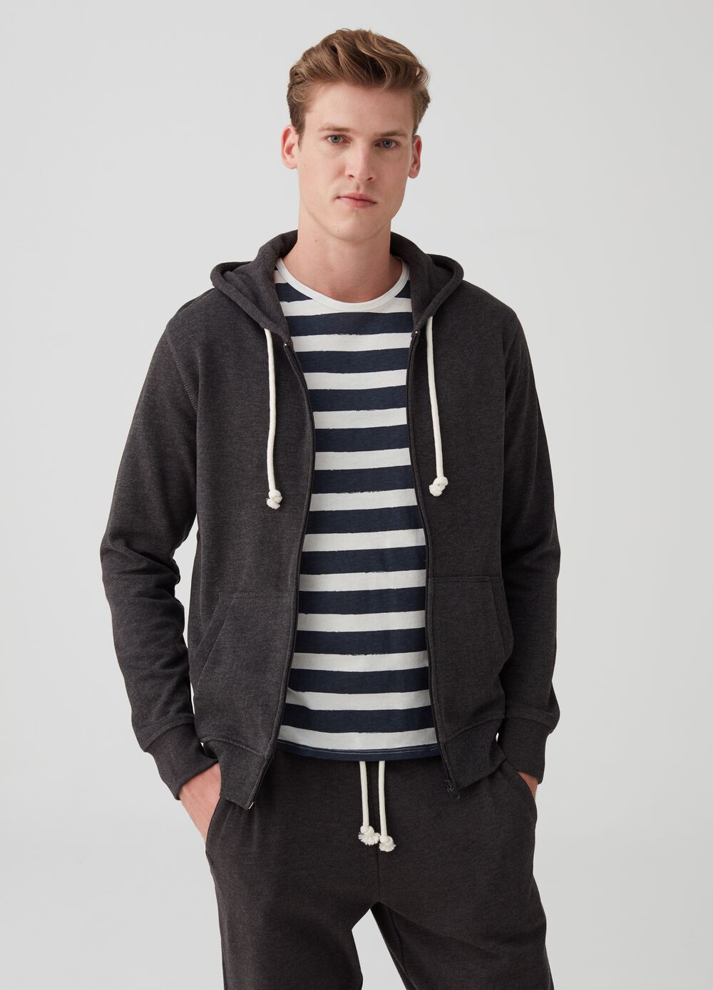 Sweatshirt with hood and pockets