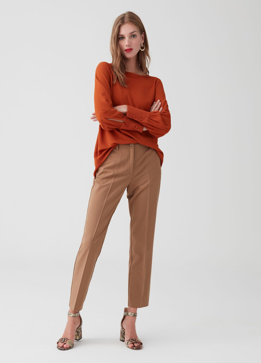 Solid colour trousers with central crease