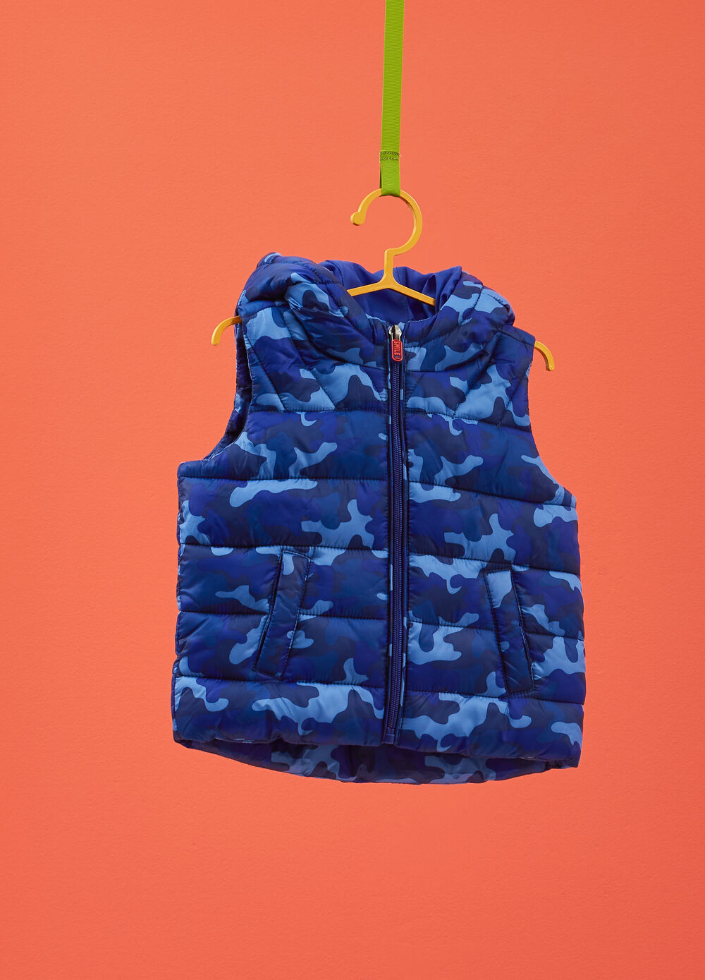 Gilet with hood and camouflage print