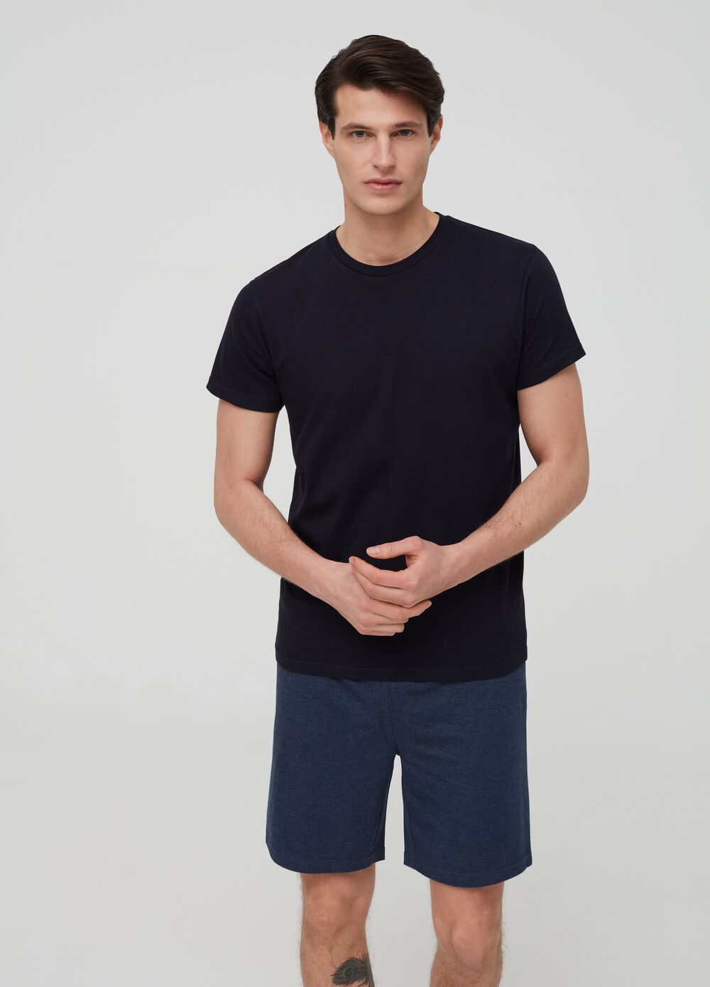 Short pyjamas consisting of T-shirt and trousers
