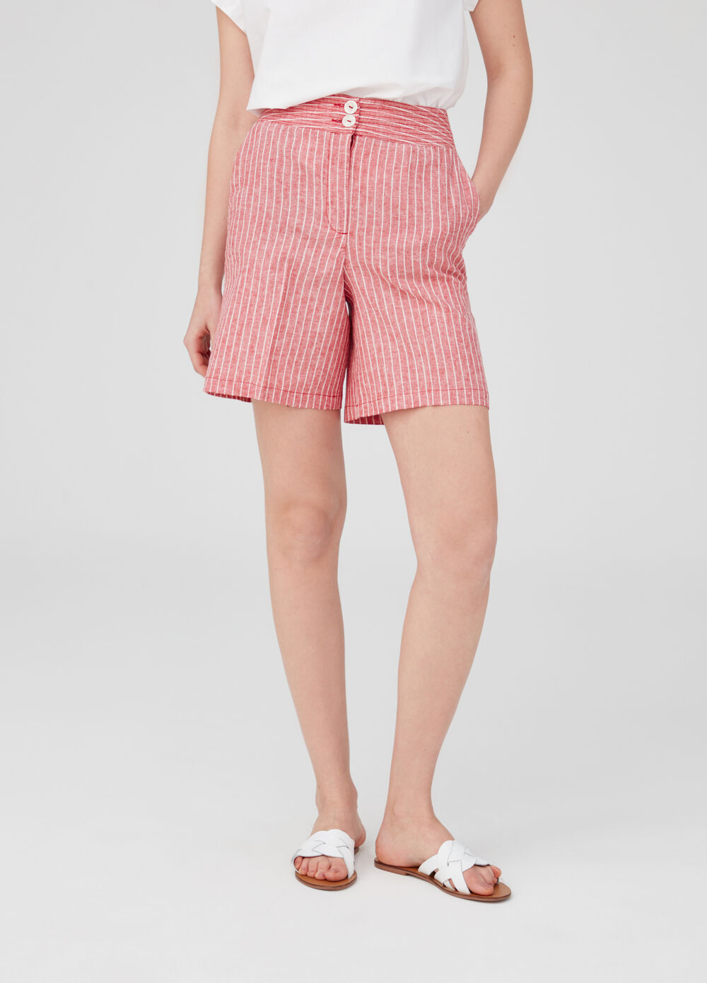 High-waisted shorts with pockets with striped buttons