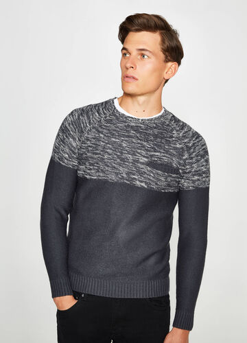 Two-tone knitted pullover with pocket