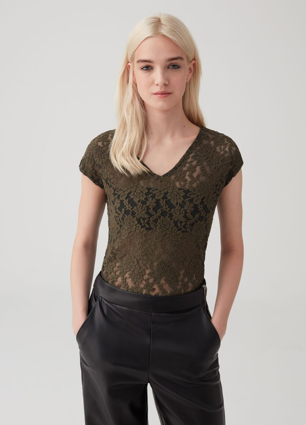 V-neck top in stretch lace