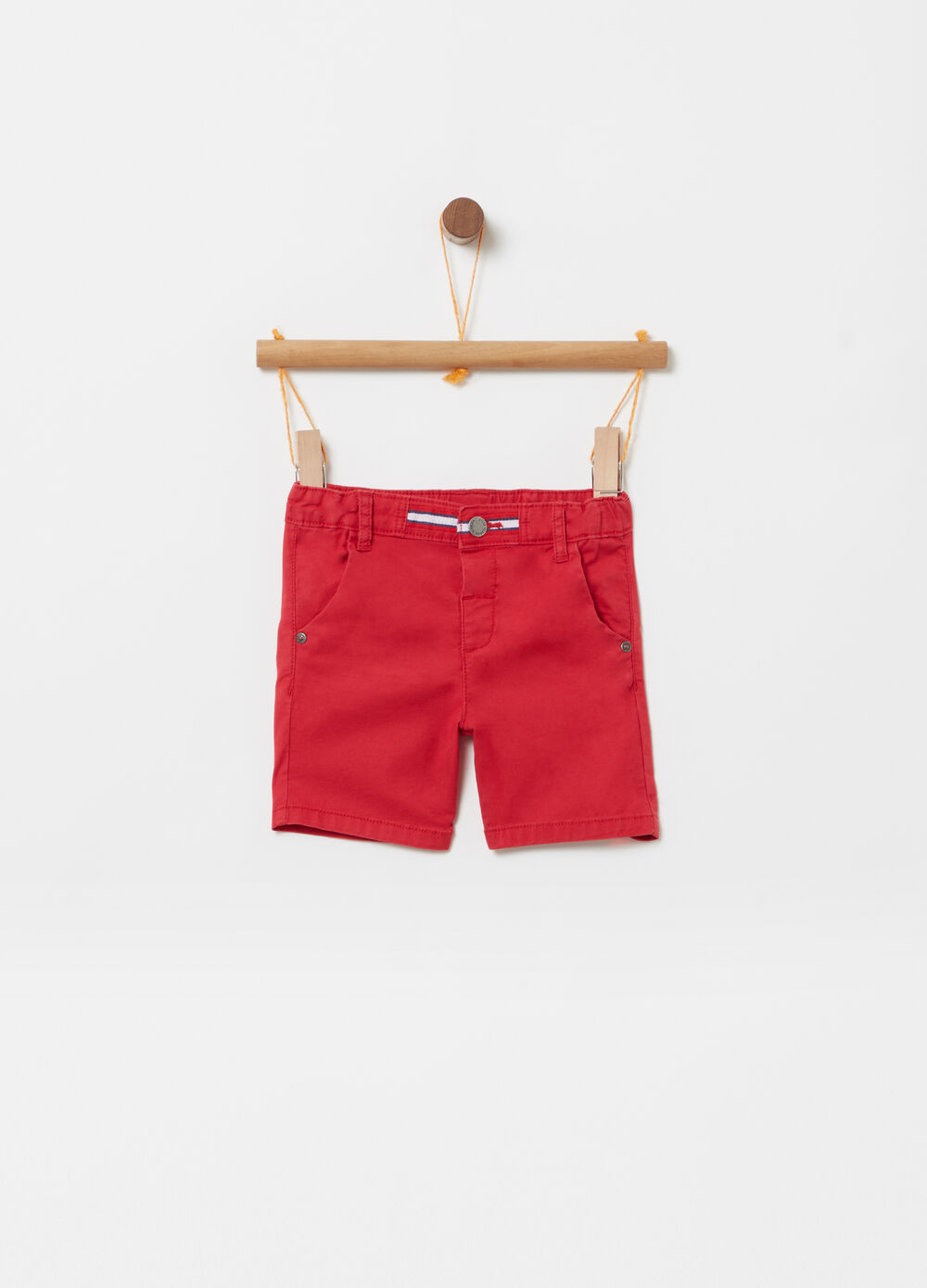 Shorts with striped ribbing and pockets