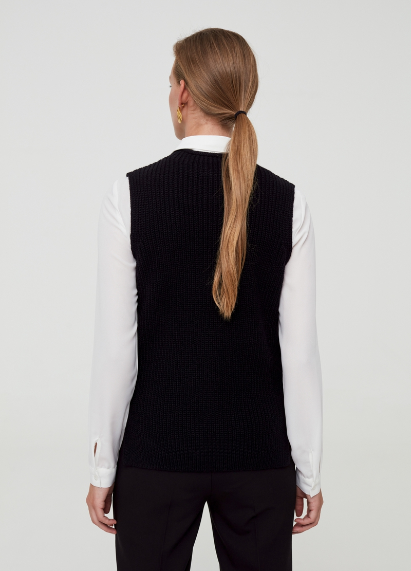 Closed gilet with side splits image number null