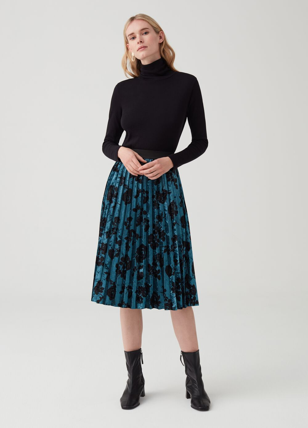 Pleated skirt in smooth velvet with print