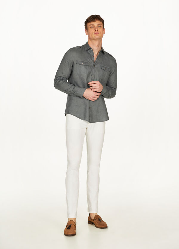 Linen shirt with solid colour pockets