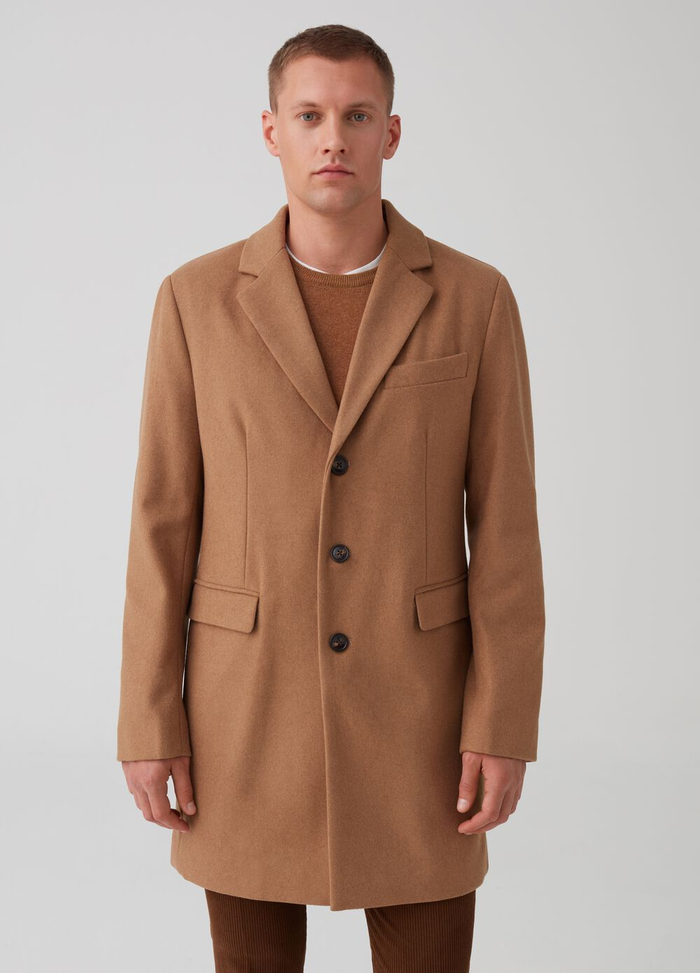 Three-button coat with pockets and flap