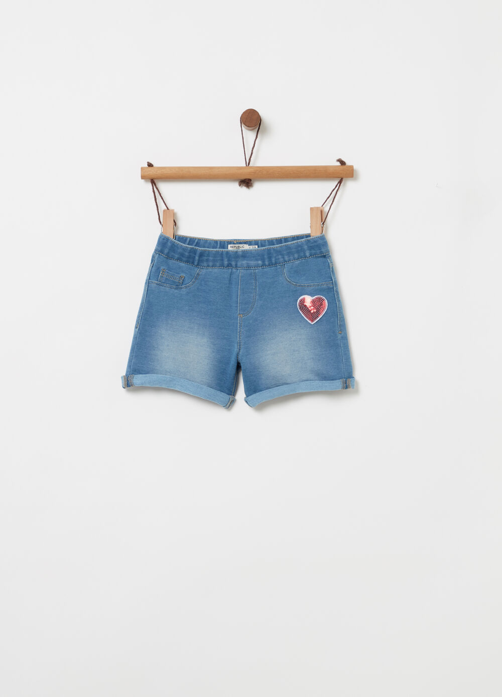 Shorts in denim con cuore paillettes