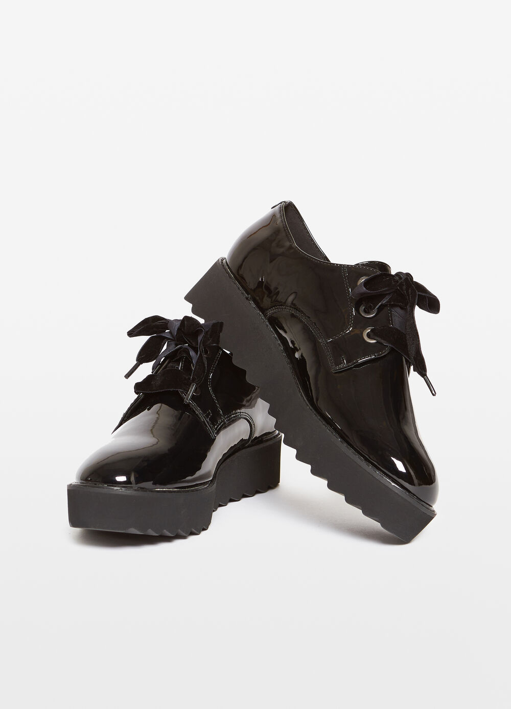 Brogues with laces and thick sole