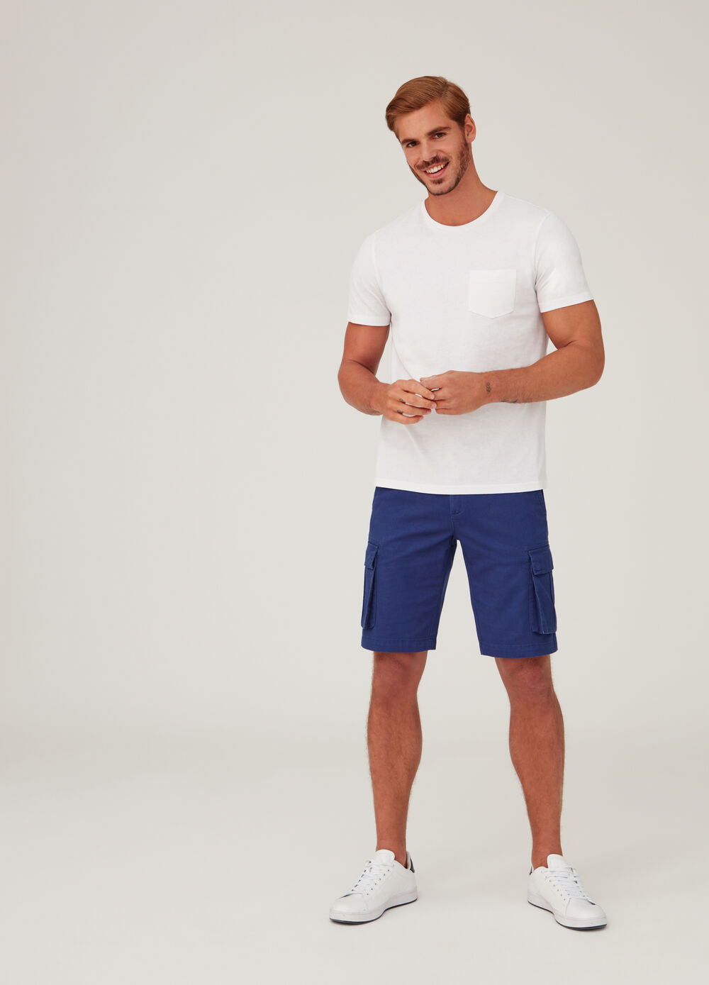 Shorts modelo cargo regular fit color liso