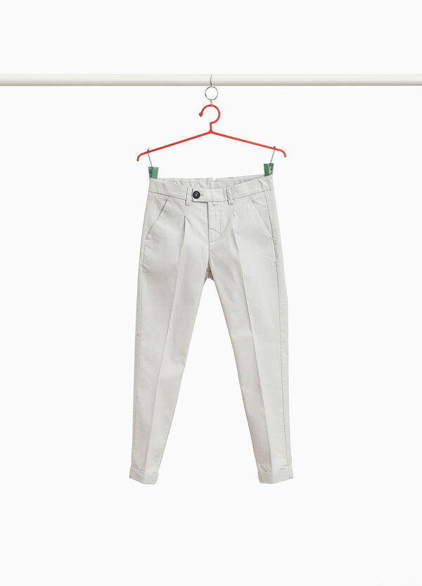 Pantaloni chino stretch con piega