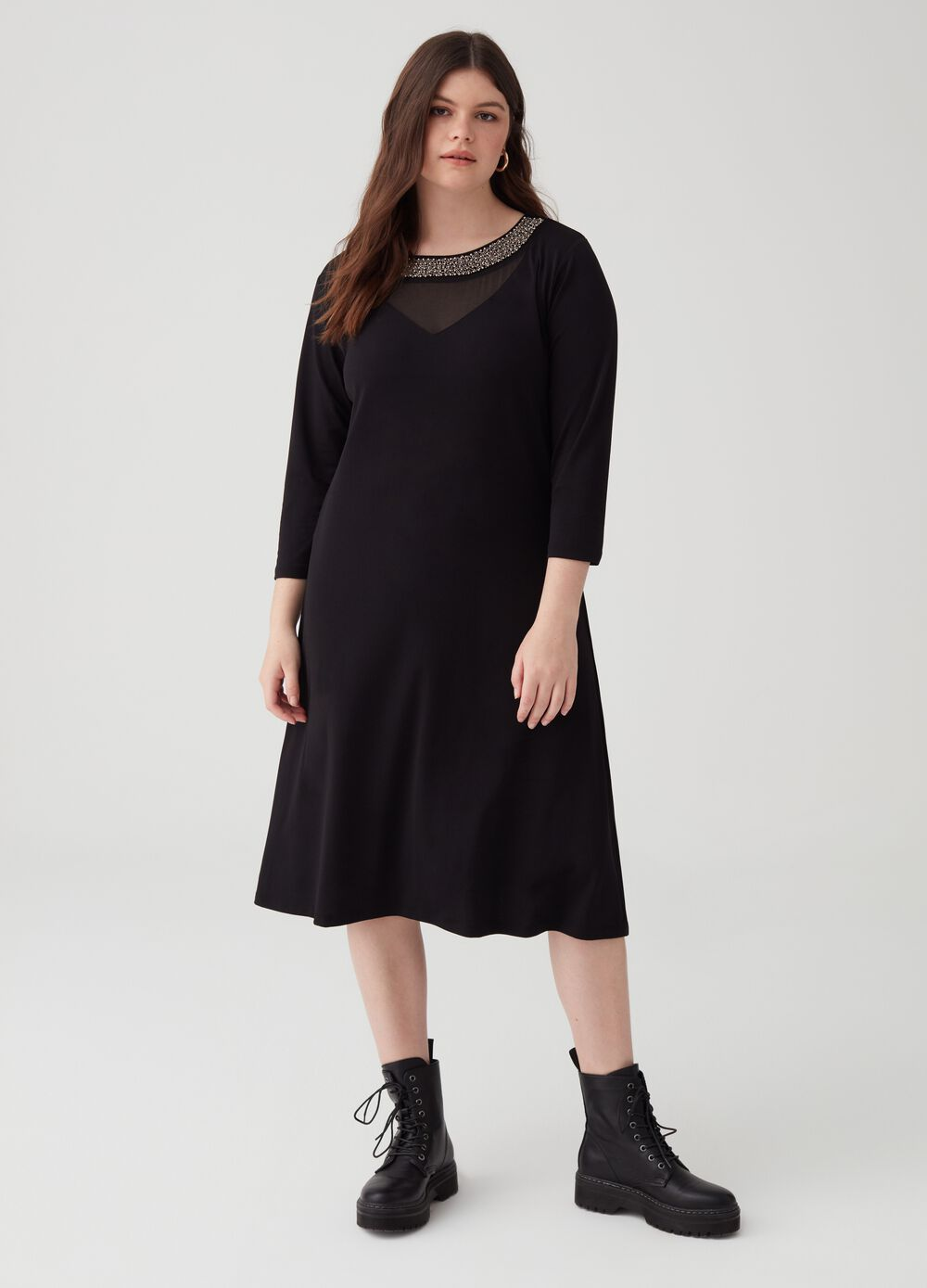 Curvy dress with round neck and beads