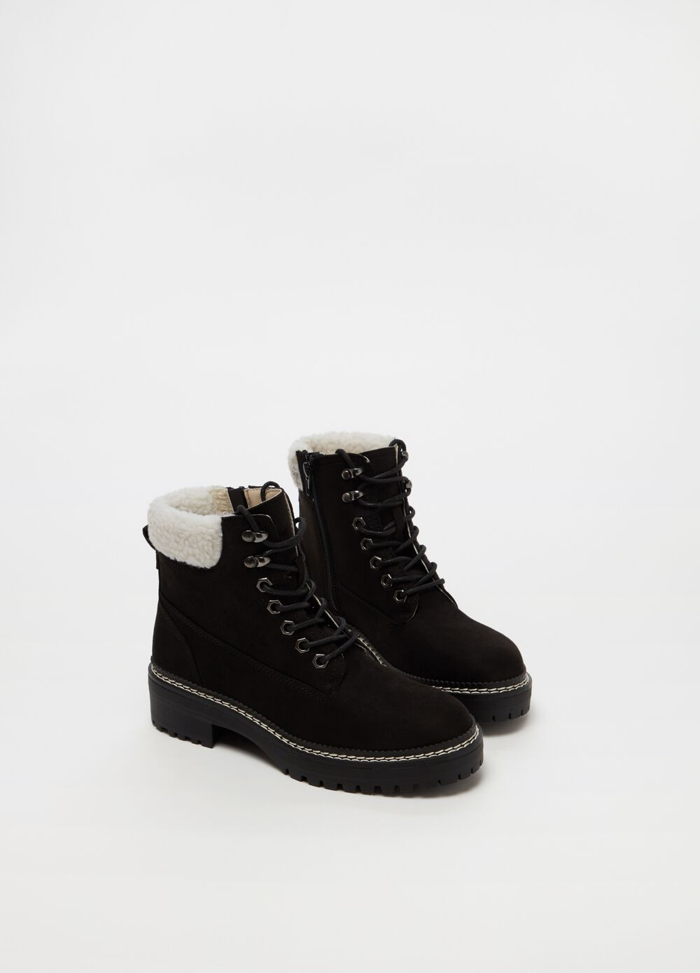 Pointed ankle boots with laces and zip