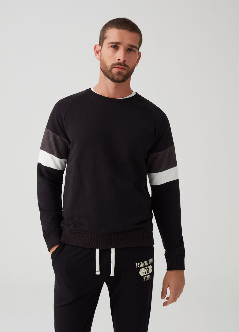 Sweatshirt with round neck and raglan sleeves