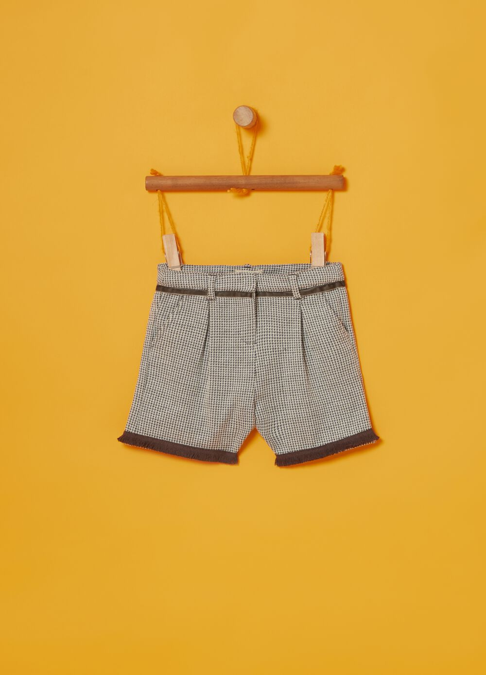 Shorts with hounds' tooth pattern and pockets