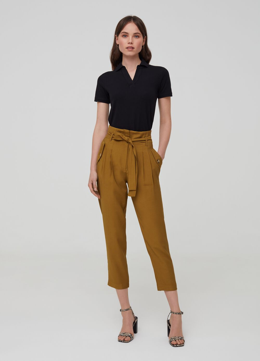 Solid colour trousers with belt