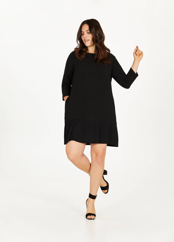 Curvy dress with pleated skirt