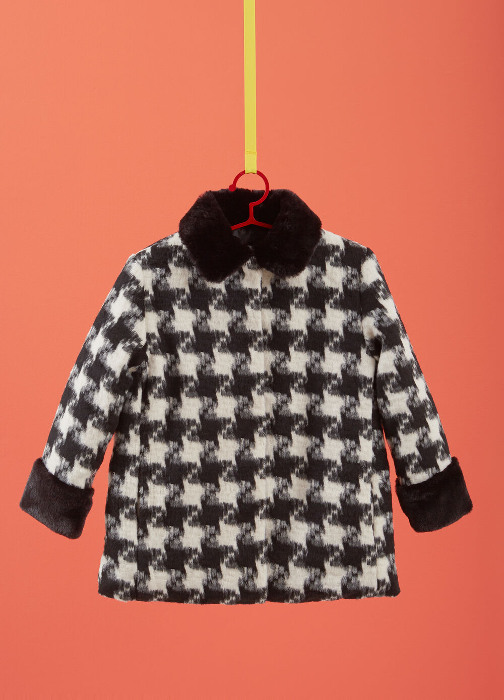 Coat with hounds' tooth pattern and faux fur