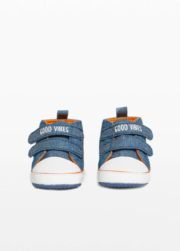 Canvas sneakers with lettering print