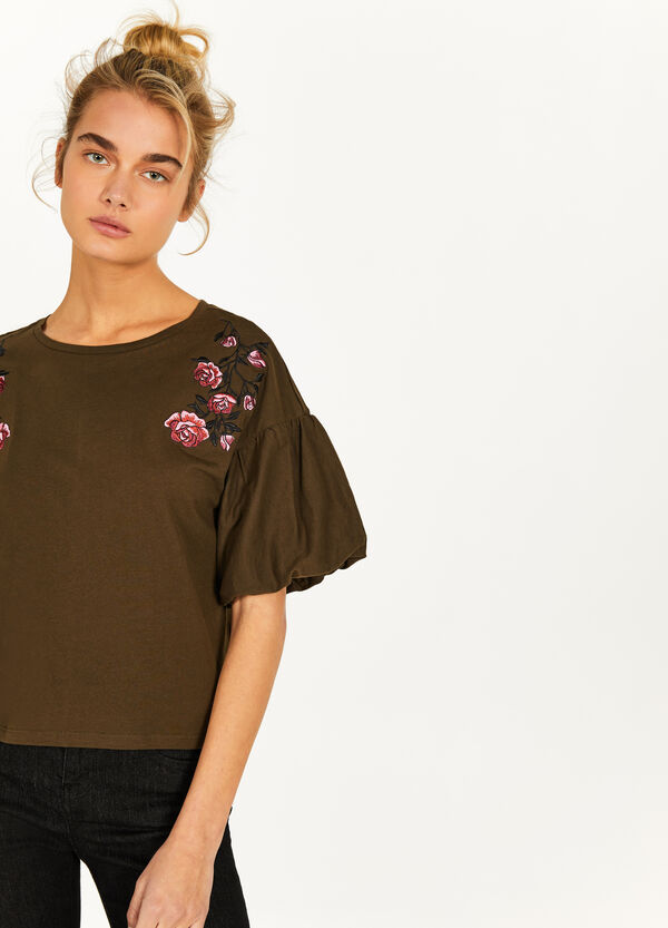 T-shirt with floral embroidery and wide sleeves