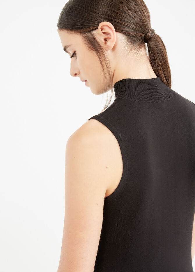 Solid colour sleeveless pullover with high neck