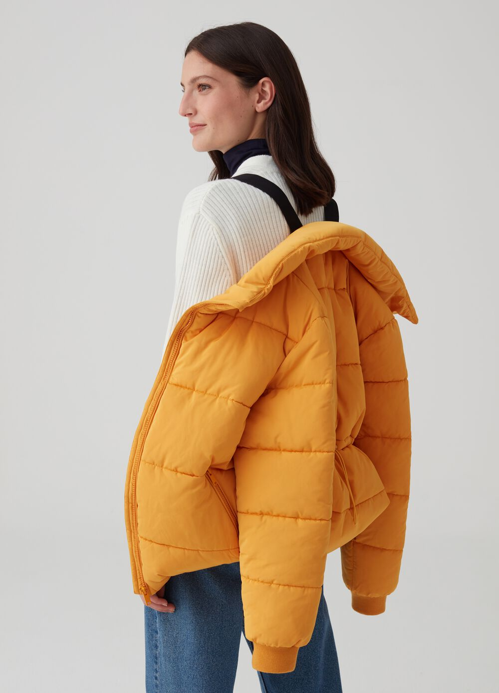 Puffy jacket with hood and drawstring with zip