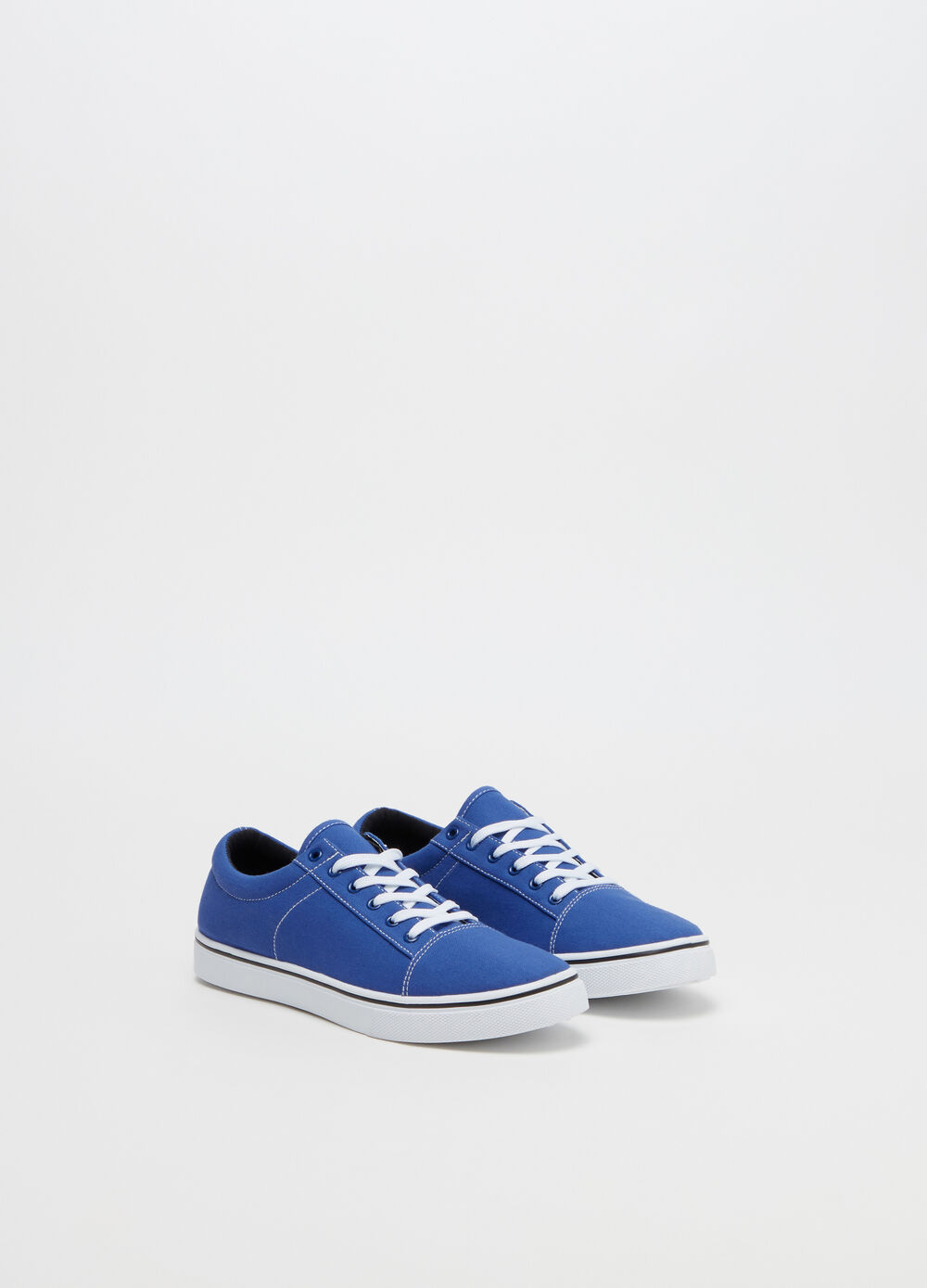 Sneakers with contrasting stitching and laces