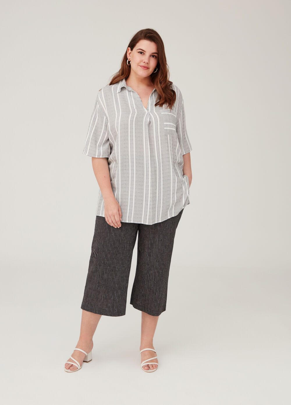 Curvy shirt with V opening and stripes