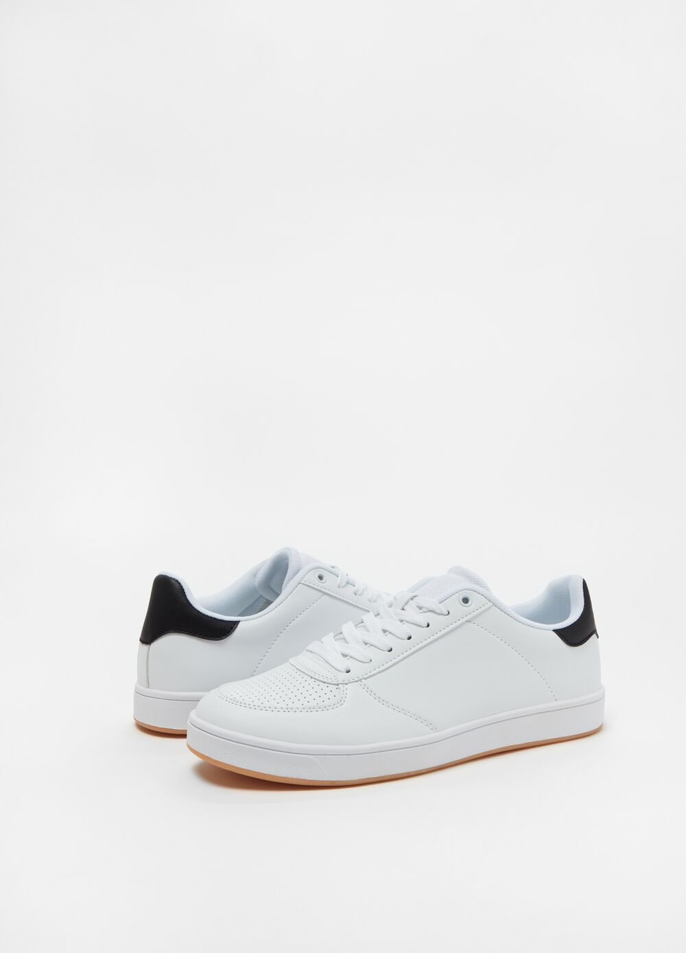 Solid colour sneakers with low sole