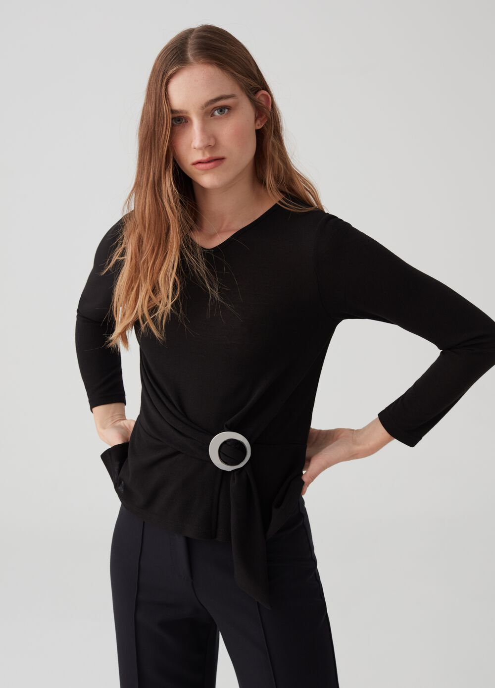 Long-sleeved T-shirt with buckle