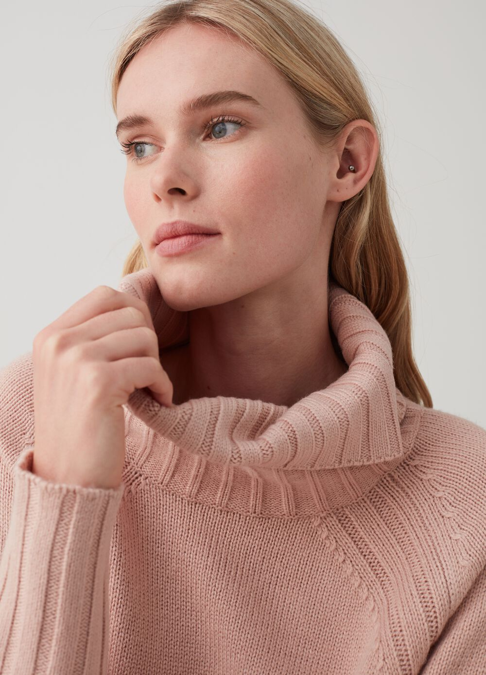 Knitted top with high neck and ribbing