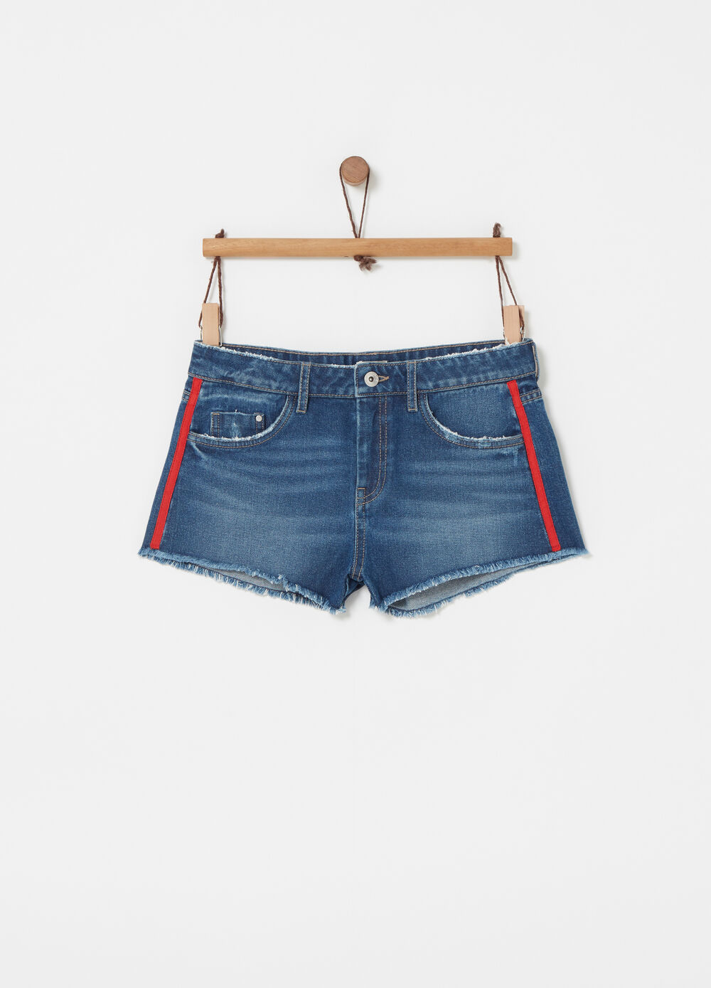 Shorts in denim delavato con nastro