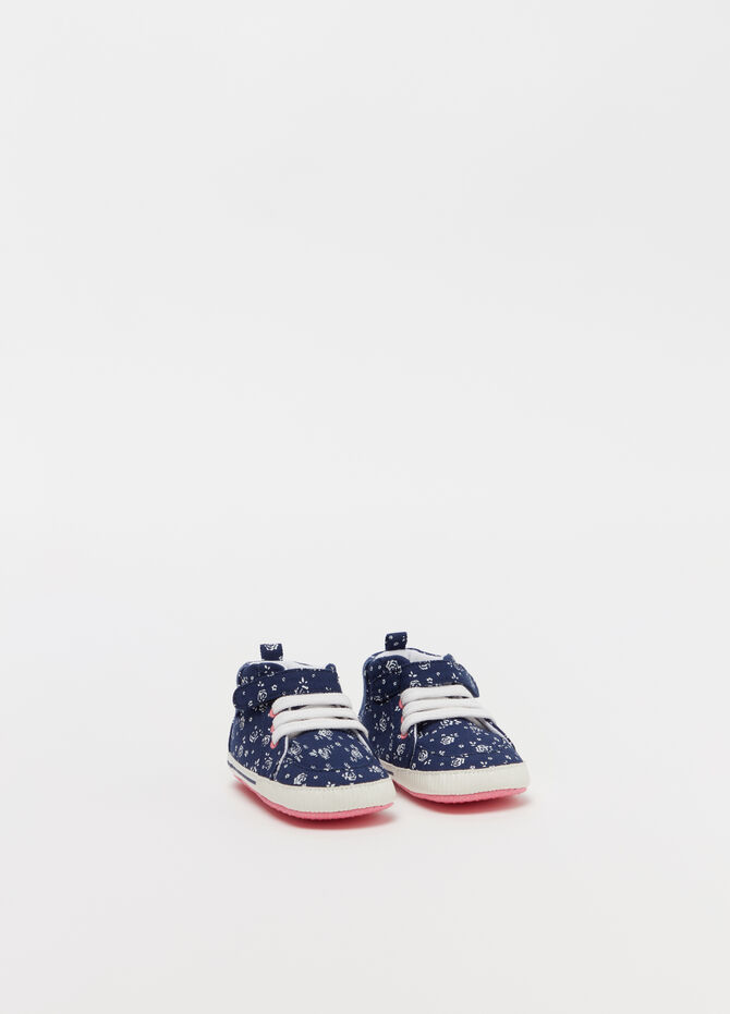 Newborn shoes with Velcro and roses
