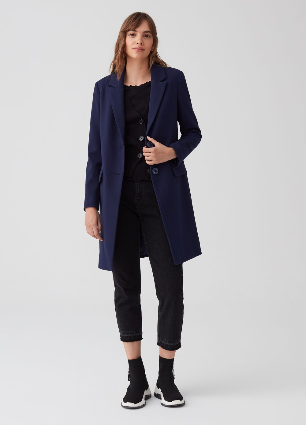 Solid colour coat with lapels and pockets