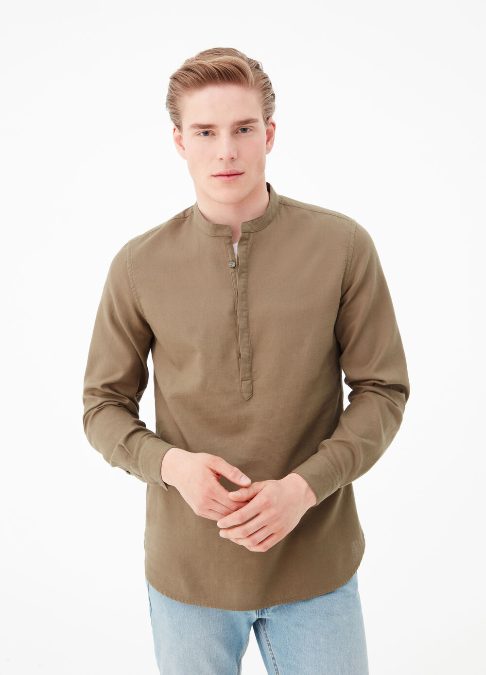 Solid colour textured fabric shirt.