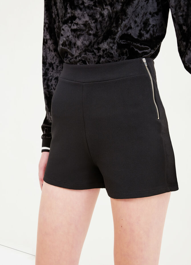 High-waisted stretch shorts with side zip