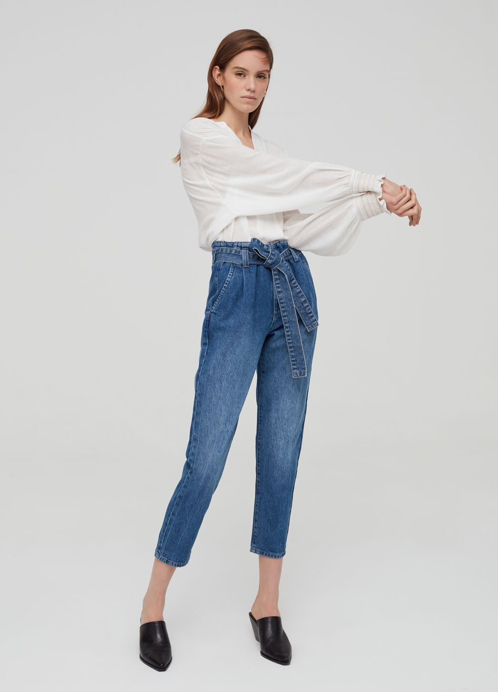 Mum-fit jeans with belt
