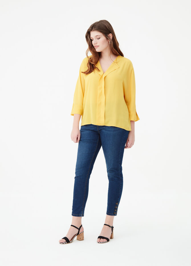 Curvy blouse with three-quarter sleeves