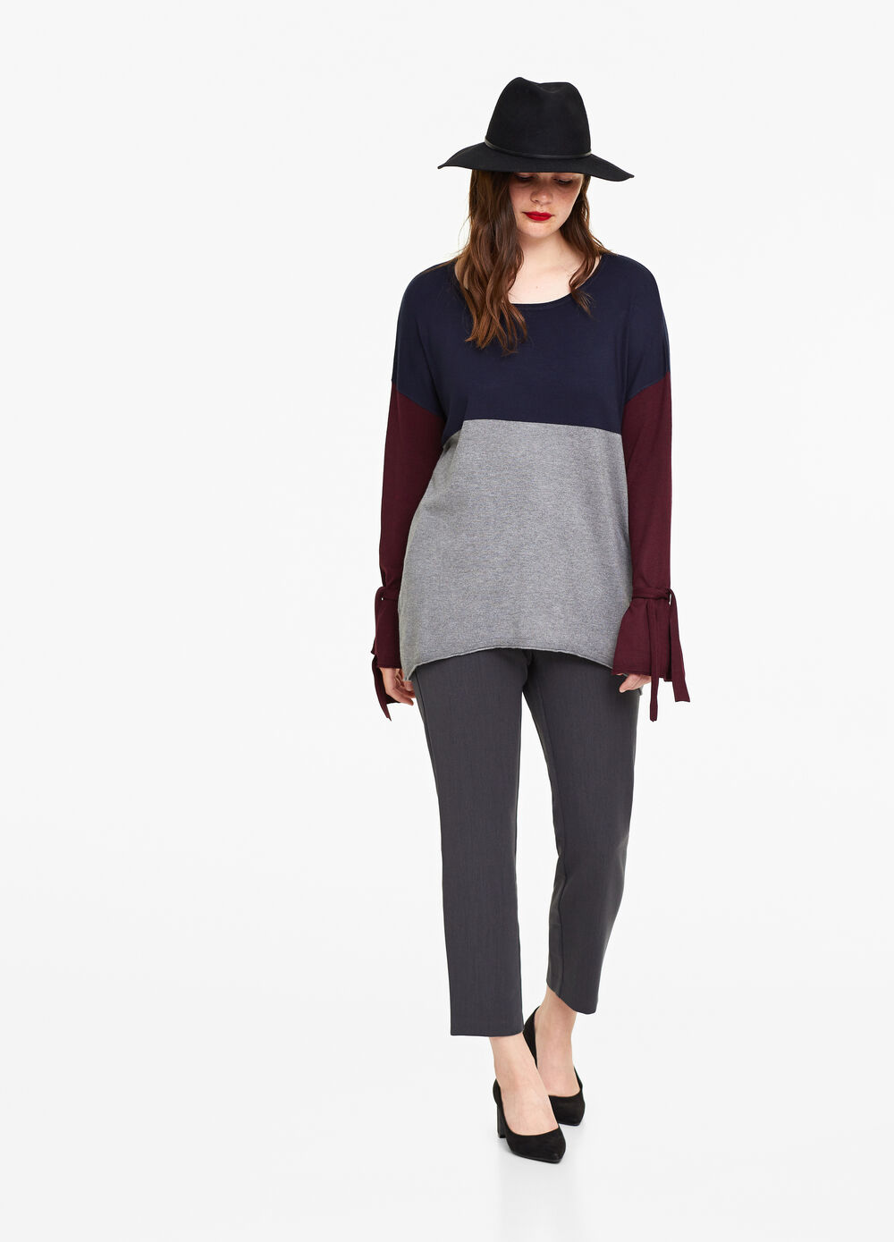 Curvy two-tone pullover with laces