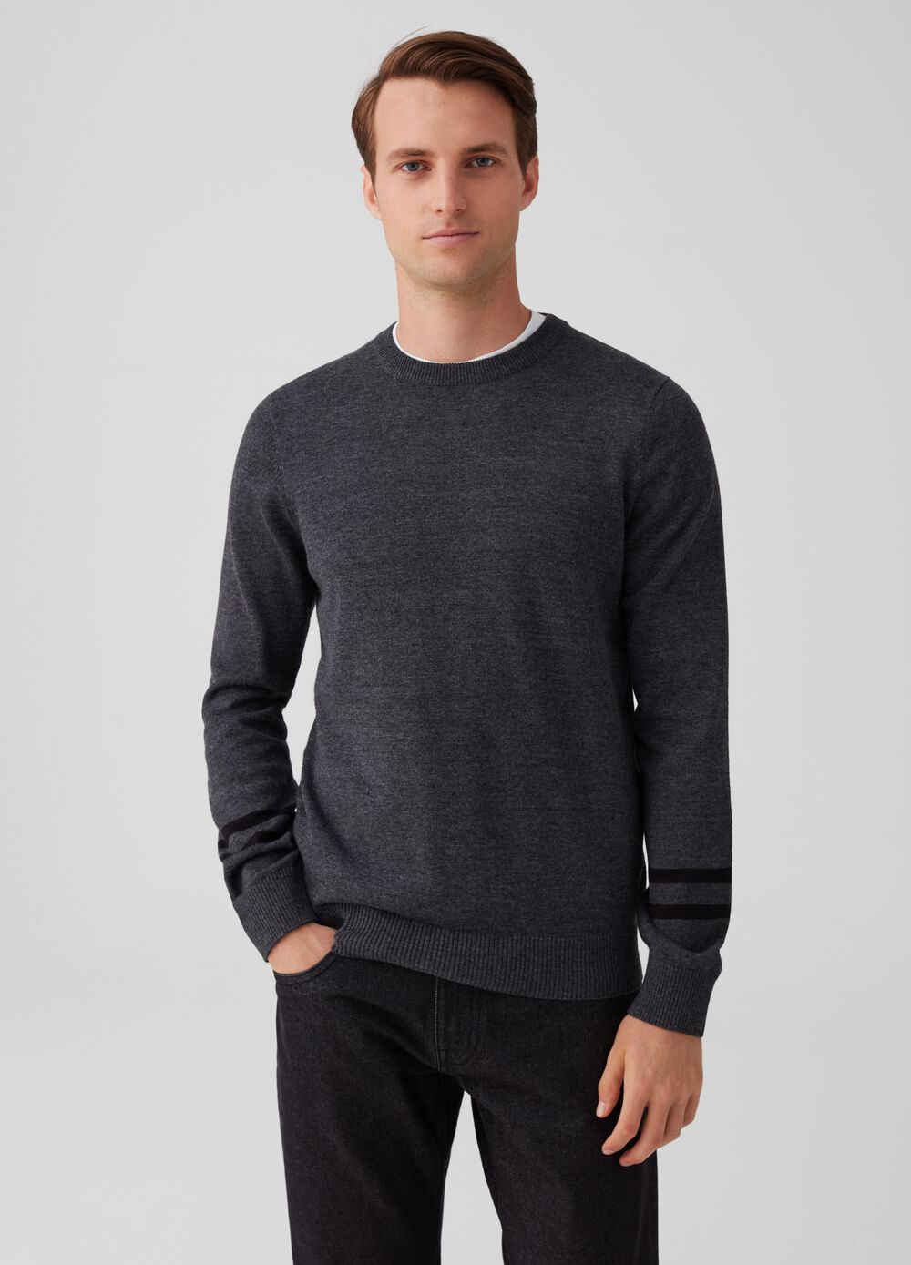Pullover with striped insert on the sleeves