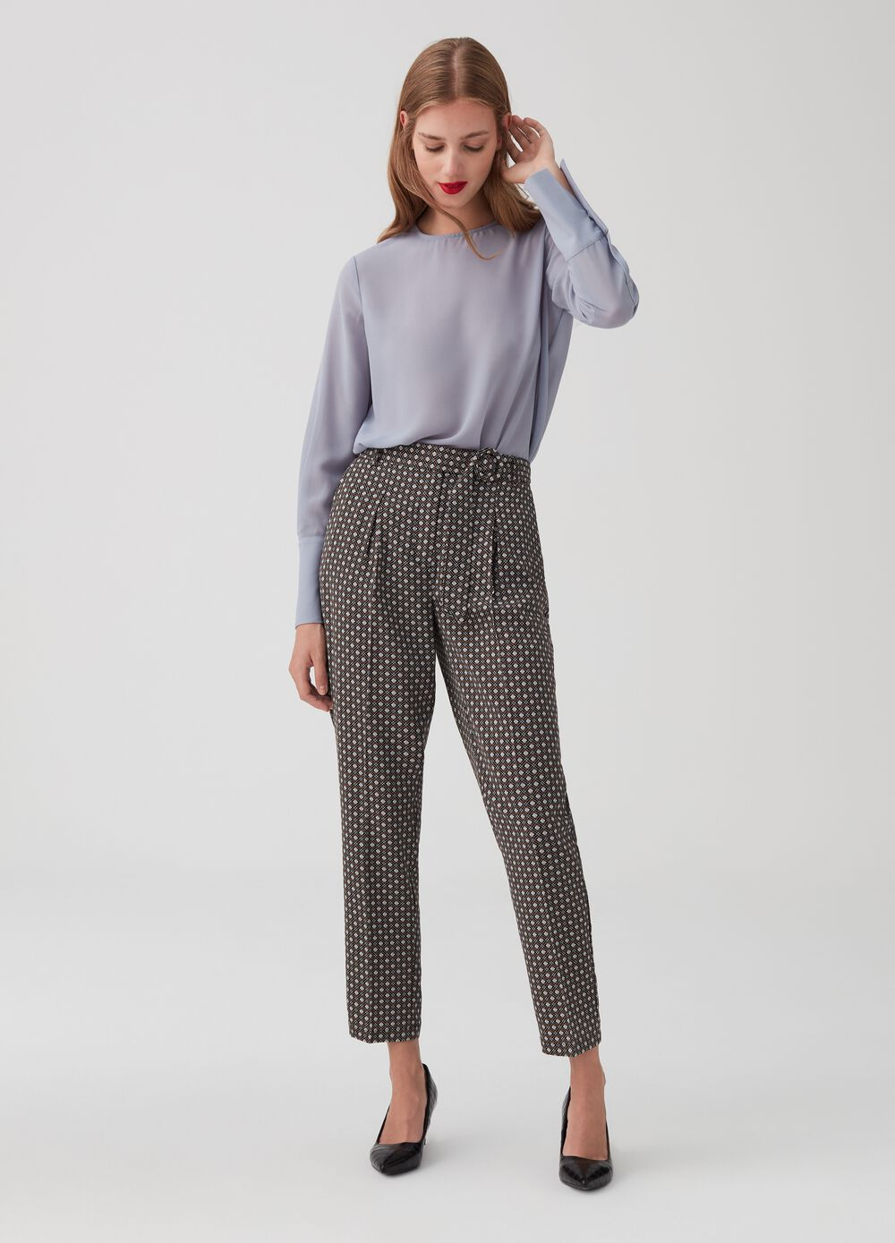 Crop trousers with belt and covered buckle