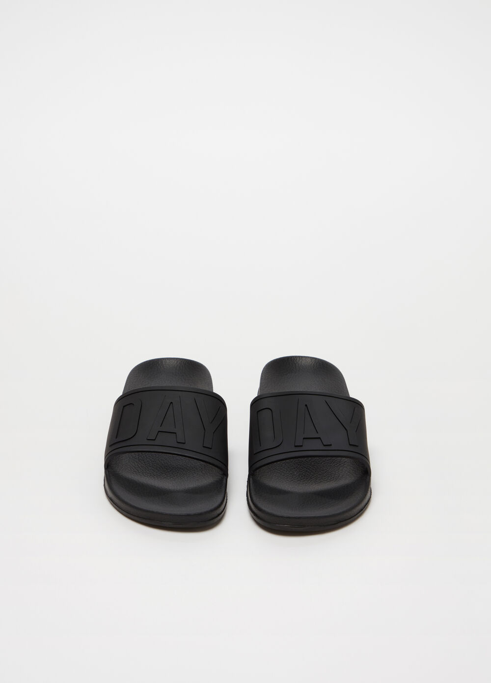 Slippers with strap with raised lettering