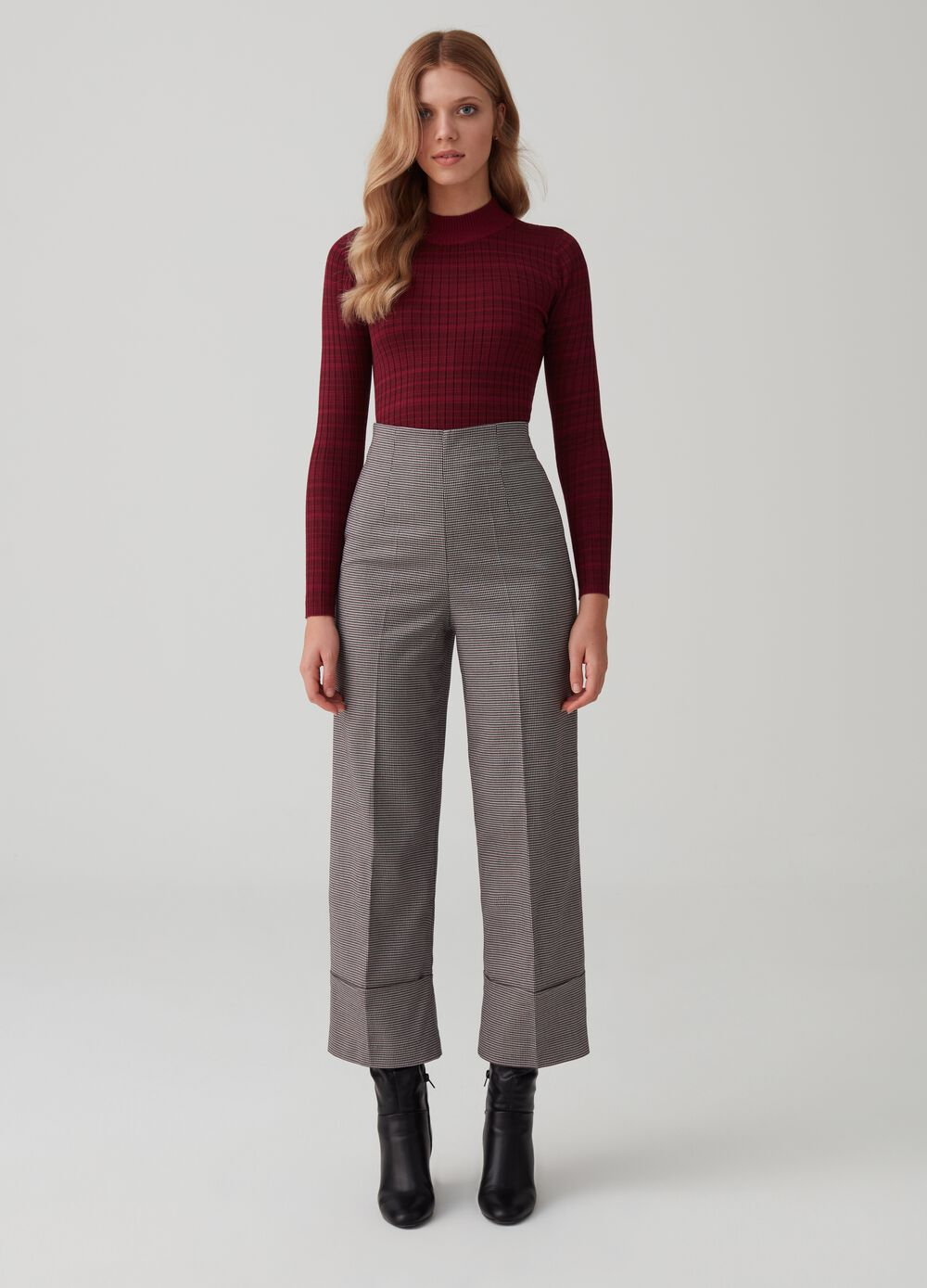 Wide-leg trousers with hounds' tooth pattern