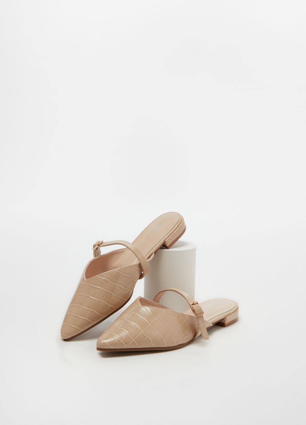 Pointed clogs with strap