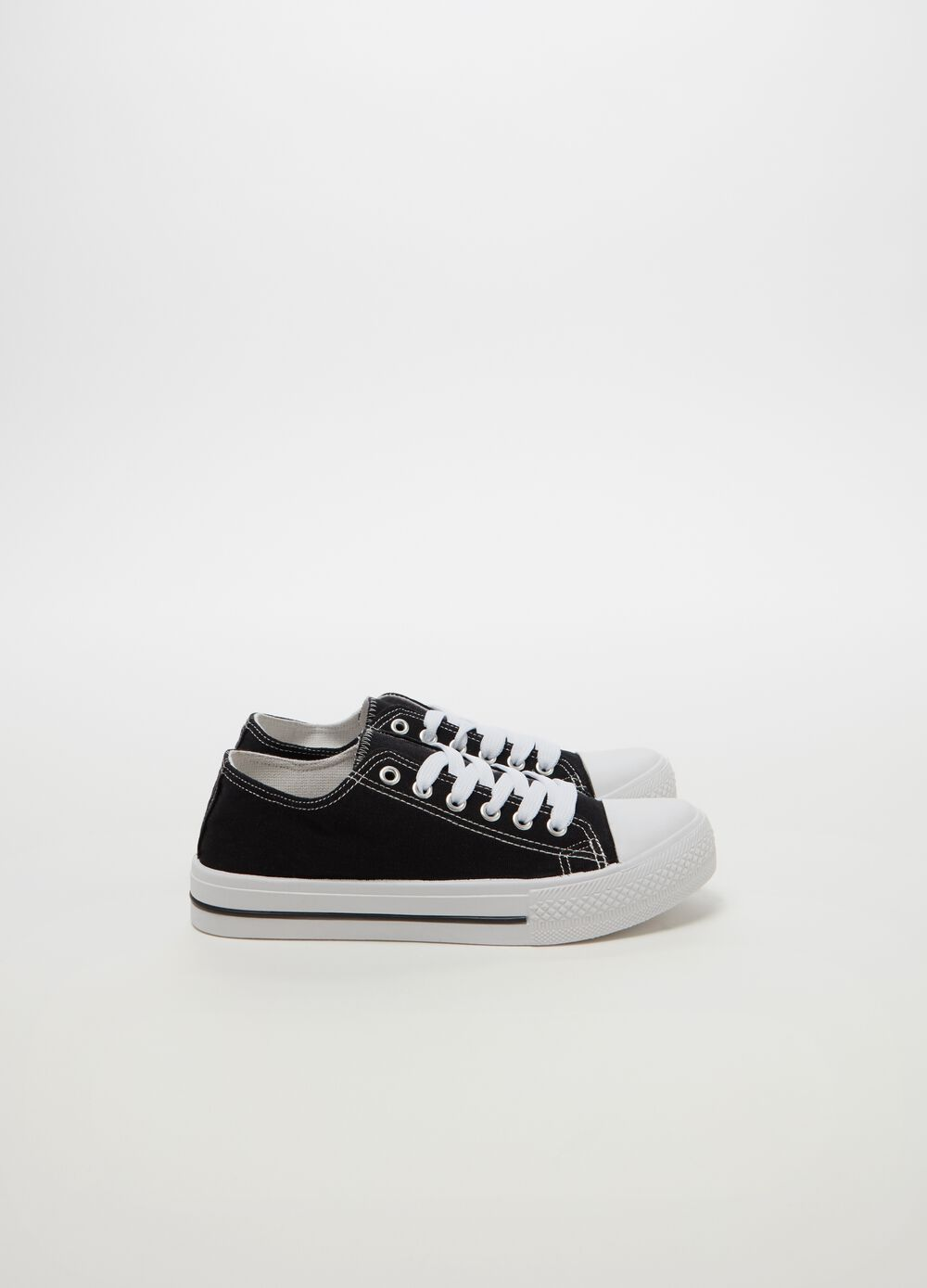 Solid colour sneakers with contrasting stitching