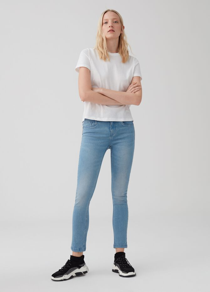 Slim-fit jeans with regular waist and five pockets