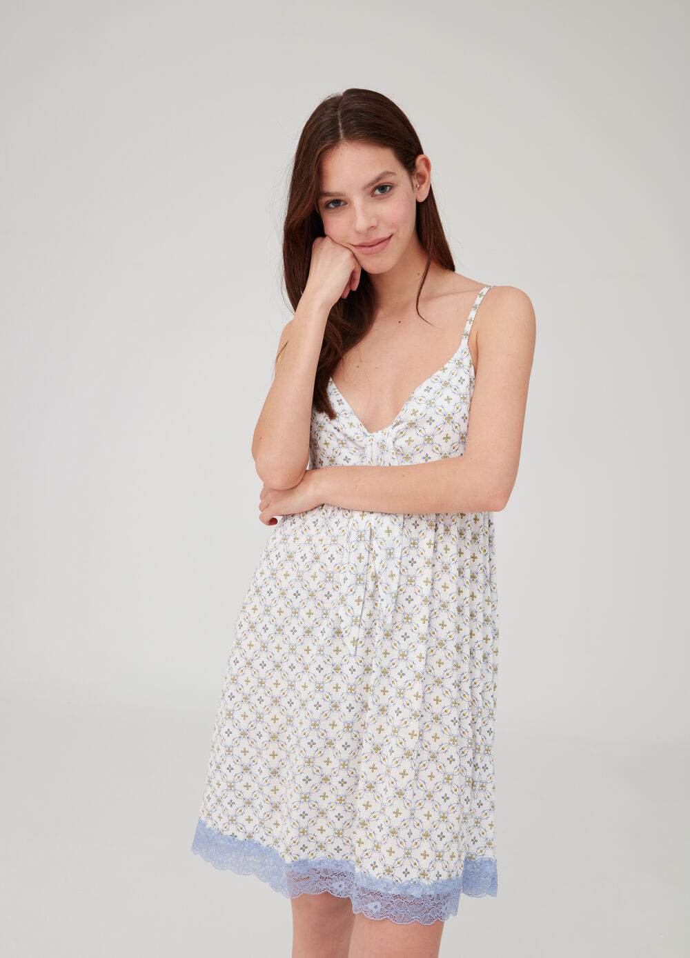 Nightshirt with knotted straps and lace